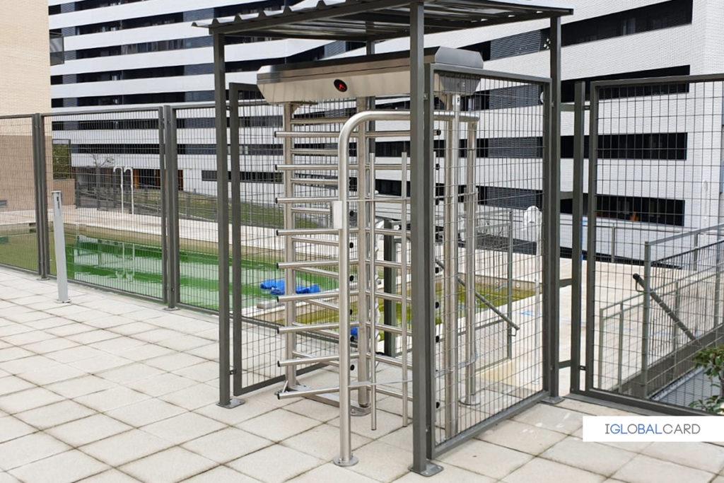 Molinete de control de acceso con tejado protector
