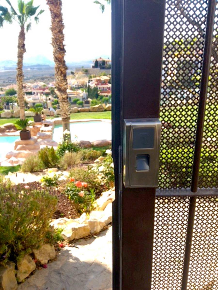 Sistema de control de acceso a piscina instalado en la playa de San Juan, Alicante
