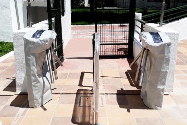 Tornos de control de acceso a piscina con fundas protectoras