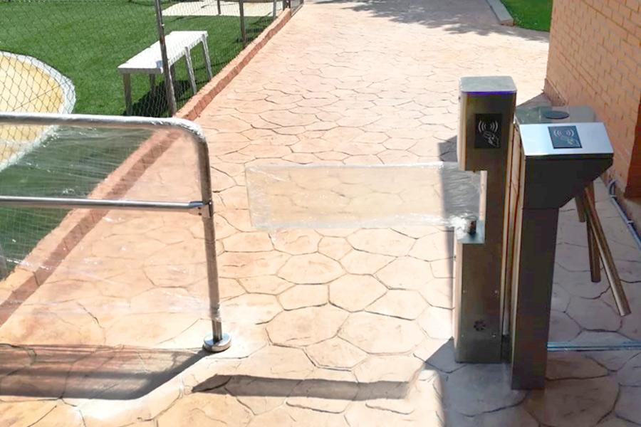 Instalación de control de acceso piscina de urbanización en Madrid