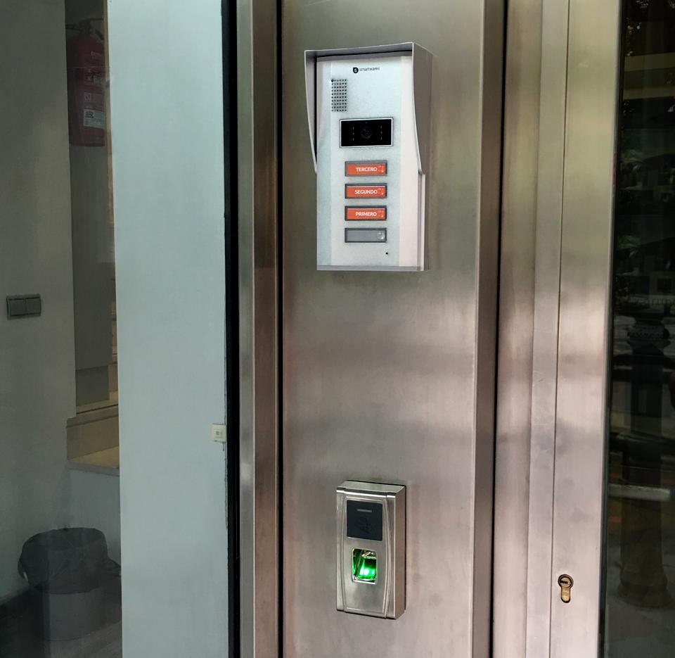 Instalación de control de presencia y accesos en oficinas