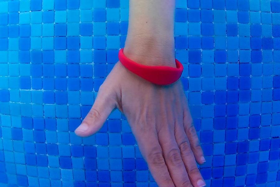 Pulsera plana de silicona de color rojo