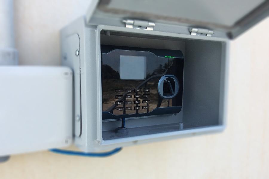 Sistema de control de acceso mediante la inscripción de huellas digitales.